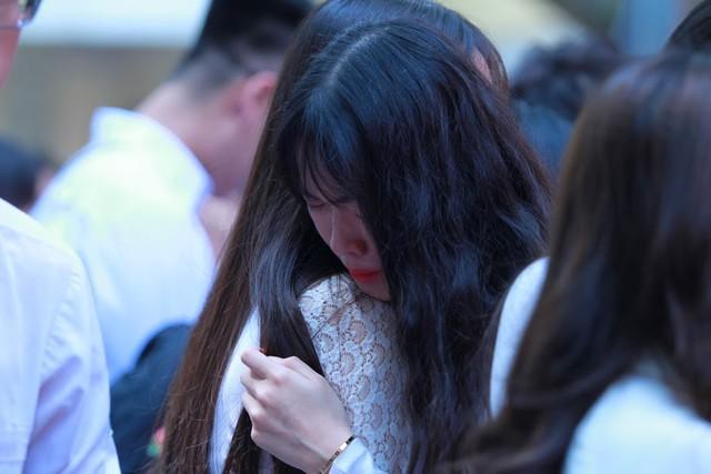 Học sinh lớp 12 Việt Đức bịn rịn chia tay tuổi học trò - Ảnh 1.