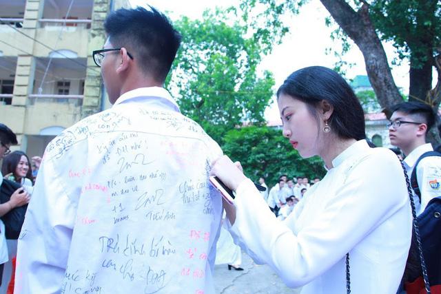 Học sinh lớp 12 Việt Đức bịn rịn chia tay tuổi học trò - Ảnh 9.
