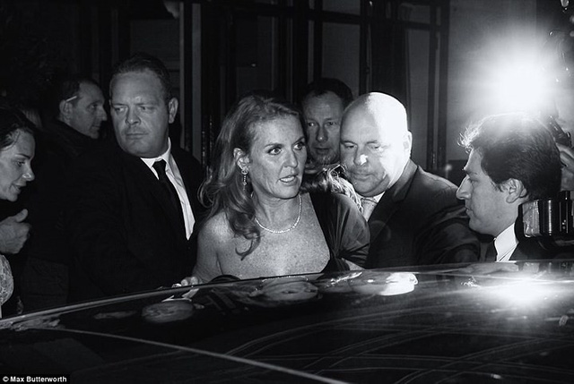 Lộ ảnh William, Kate Middleton và dàn sao hạng A bơ phờ rời quán bar - Ảnh 9.