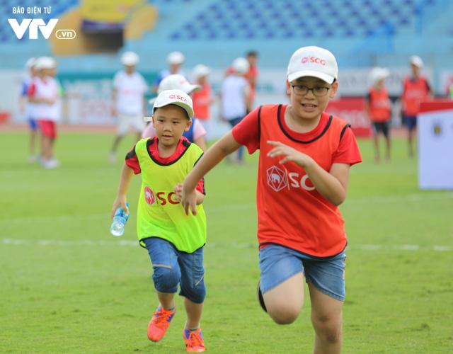 """Cầu thủ nhí hào hứng """"đội nắng"""" chơi bóng cùng sao U23 Việt Nam - Ảnh 7."""