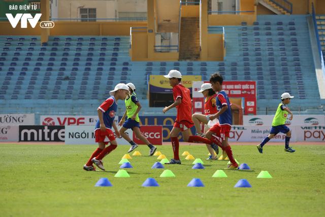 """Cầu thủ nhí hào hứng """"đội nắng"""" chơi bóng cùng sao U23 Việt Nam - Ảnh 9."""