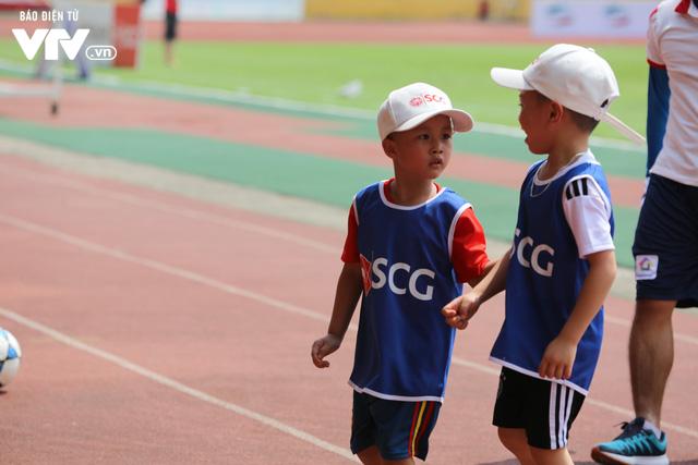 """Cầu thủ nhí hào hứng """"đội nắng"""" chơi bóng cùng sao U23 Việt Nam - Ảnh 10."""