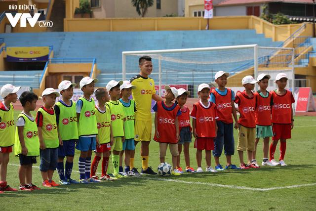 """Cầu thủ nhí hào hứng """"đội nắng"""" chơi bóng cùng sao U23 Việt Nam - Ảnh 14."""