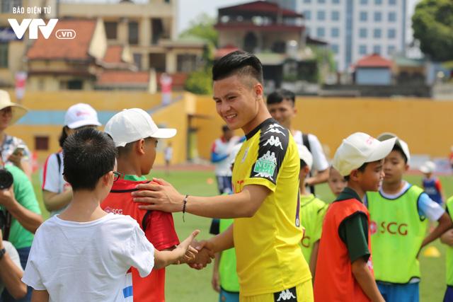 """Cầu thủ nhí hào hứng """"đội nắng"""" chơi bóng cùng sao U23 Việt Nam - Ảnh 1."""