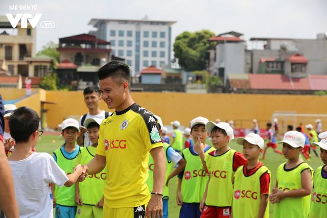 """Cầu thủ nhí hào hứng """"đội nắng"""" chơi bóng cùng sao U23 Việt Nam - Ảnh 12."""