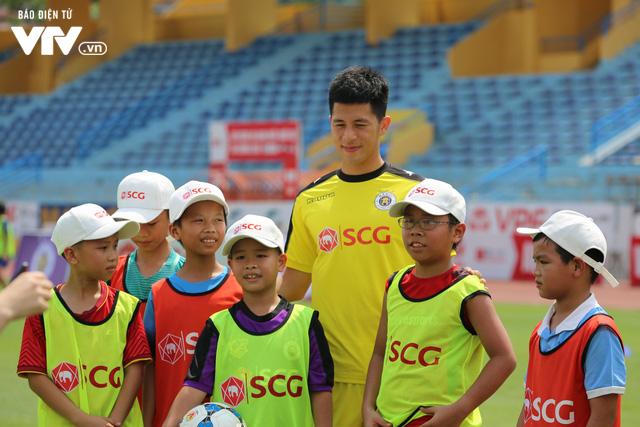 """Cầu thủ nhí hào hứng """"đội nắng"""" chơi bóng cùng sao U23 Việt Nam - Ảnh 15."""