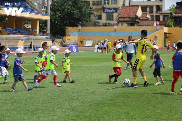 """Cầu thủ nhí hào hứng """"đội nắng"""" chơi bóng cùng sao U23 Việt Nam - Ảnh 17."""