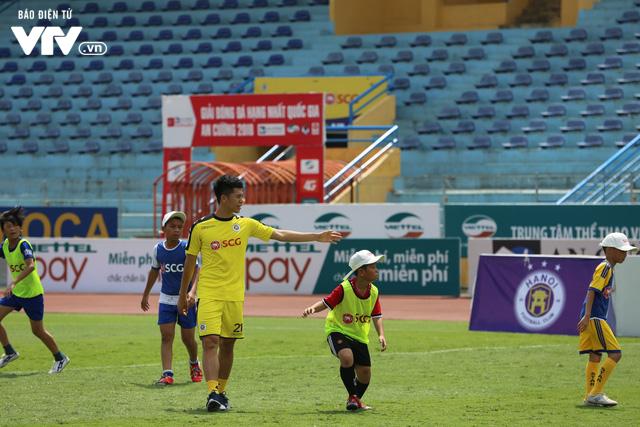 """Cầu thủ nhí hào hứng """"đội nắng"""" chơi bóng cùng sao U23 Việt Nam - Ảnh 16."""