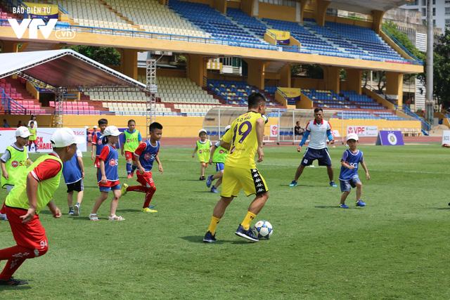 """Cầu thủ nhí hào hứng """"đội nắng"""" chơi bóng cùng sao U23 Việt Nam - Ảnh 18."""