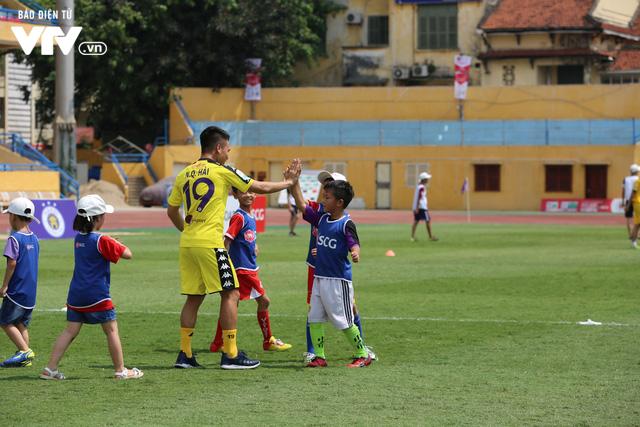 """Cầu thủ nhí hào hứng """"đội nắng"""" chơi bóng cùng sao U23 Việt Nam - Ảnh 19."""