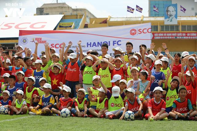 """Cầu thủ nhí hào hứng """"đội nắng"""" chơi bóng cùng sao U23 Việt Nam - Ảnh 21."""
