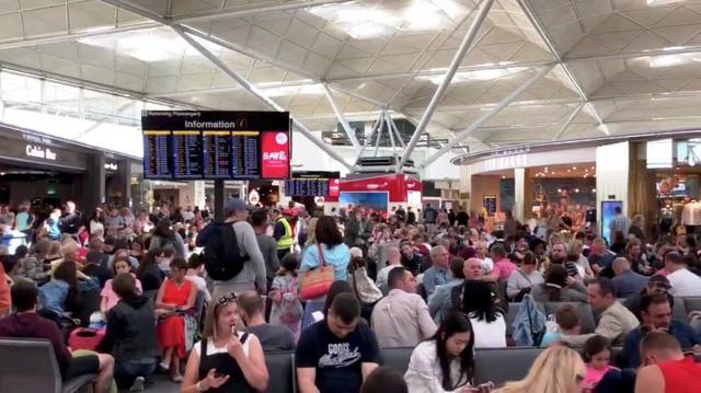 Anh: Sân bay bị sét đánh, toàn bộ chuyến bay bị hoãn - Ảnh 2.