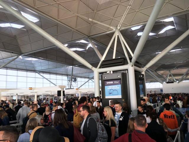 Anh: Sân bay bị sét đánh, toàn bộ chuyến bay bị hoãn - Ảnh 1.