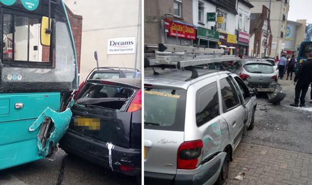 Xe bus đâm 25 ô tô đậu trên phố mua sắm ở Anh, ít nhất 14 người bị thương - Ảnh 1.