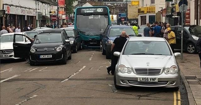 Xe bus đâm 25 ô tô đậu trên phố mua sắm ở Anh, ít nhất 14 người bị thương - Ảnh 3.