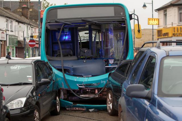 Xe bus đâm 25 ô tô đậu trên phố mua sắm ở Anh, ít nhất 14 người bị thương - Ảnh 4.