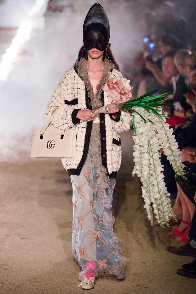 Gucci Cruise 2019: Khi phong cách cổ điển được làm sống lại... - Ảnh 3.
