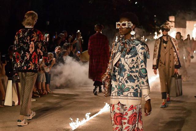 Gucci Cruise 2019: Khi phong cách cổ điển được làm sống lại... - Ảnh 1.