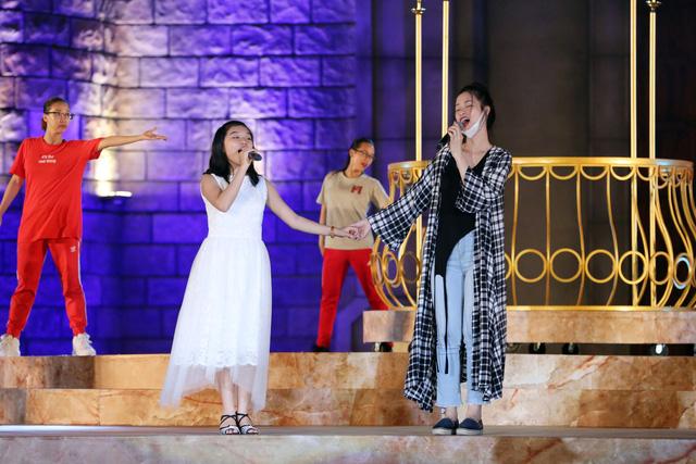Ca sỹ Đông Nhi và thần đồng Opera nhí Phương Khanh nỗ lực tập luyện cho Gala Trái đất xanh - Ảnh 1.