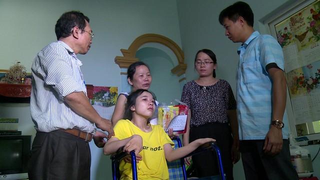 Người mẹ đau xót chăm chồng con bị liệt - Ảnh 3.