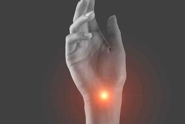 Đã tìm ra thủ phạm khiến bàn tay, ngón tay thường xuyên bị tê - Ảnh 1.