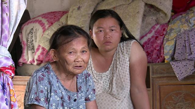 Mẹ già 71 tuổi nuôi hai con điên dại - Ảnh 1.