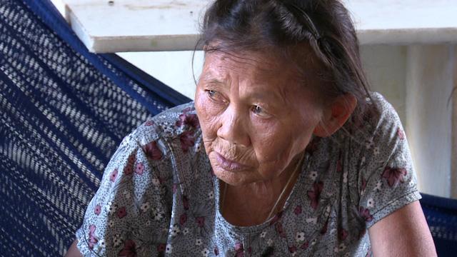 Mẹ già 71 tuổi nuôi hai con điên dại - Ảnh 3.