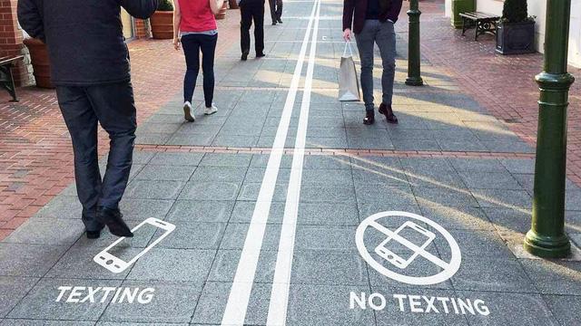 Trung Quốc thiết kế đường đi bộ dành riêng cho những người nghiện smart-phone - Ảnh 2.
