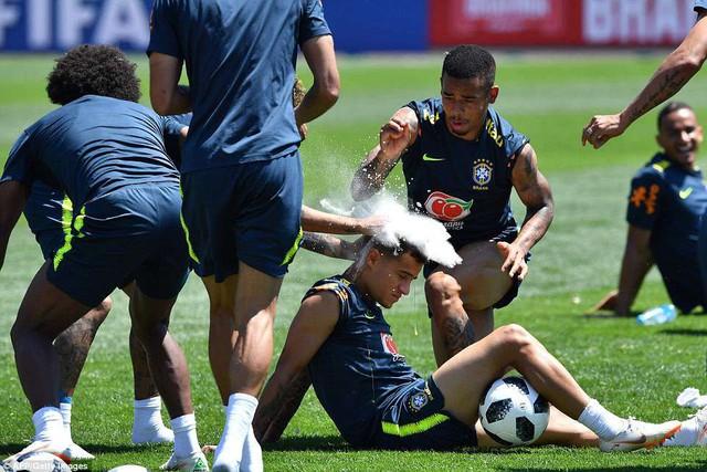Đồng đội Brazil ném trứng và bột vào Coutinho trên sân tập World Cup 2018 - Ảnh 1.