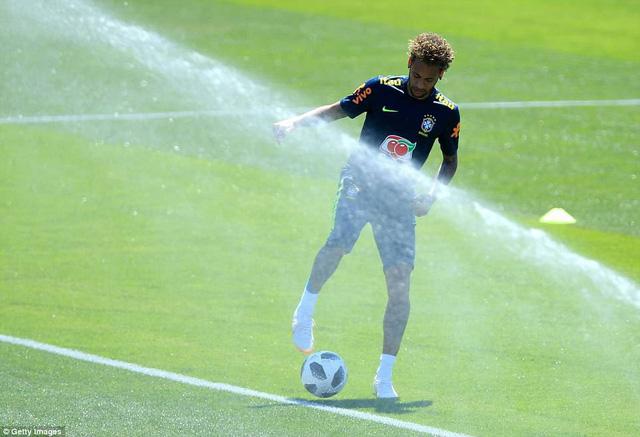 Đồng đội Brazil ném trứng và bột vào Coutinho trên sân tập World Cup 2018 - Ảnh 7.
