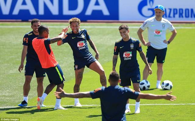Đồng đội Brazil ném trứng và bột vào Coutinho trên sân tập World Cup 2018 - Ảnh 8.