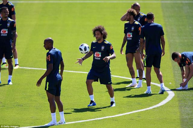 Đồng đội Brazil ném trứng và bột vào Coutinho trên sân tập World Cup 2018 - Ảnh 11.