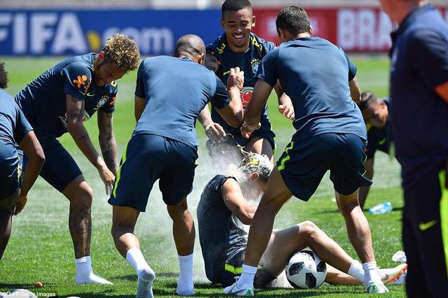 Đồng đội Brazil ném trứng và bột vào Coutinho trên sân tập World Cup 2018 - Ảnh 2.