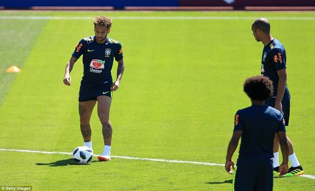 Đồng đội Brazil ném trứng và bột vào Coutinho trên sân tập World Cup 2018 - Ảnh 10.