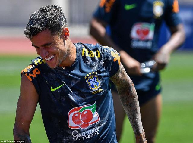 Đồng đội Brazil ném trứng và bột vào Coutinho trên sân tập World Cup 2018 - Ảnh 4.