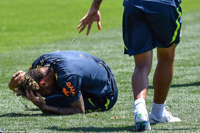 Đồng đội Brazil ném trứng và bột vào Coutinho trên sân tập World Cup 2018 - Ảnh 5.