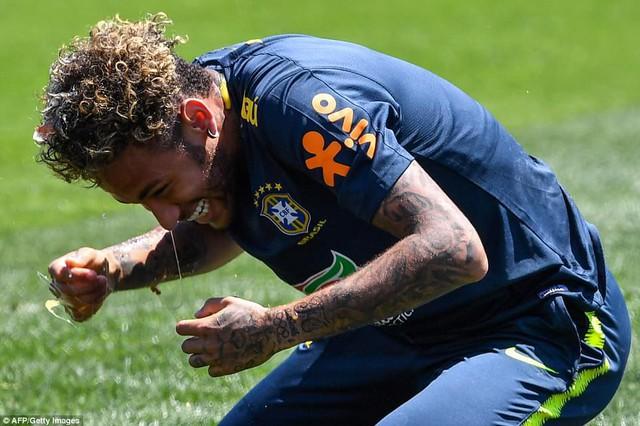 Đồng đội Brazil ném trứng và bột vào Coutinho trên sân tập World Cup 2018 - Ảnh 6.