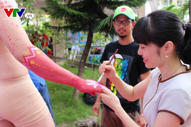 Giới trẻ tò mò vây quanh nhân tượng truyền thông bệnh Thalassemia - Ảnh 1.