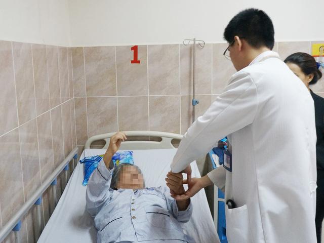 Cụ bà 72 tuổi có khối u tủy sống hiếm gặp - Ảnh 2.