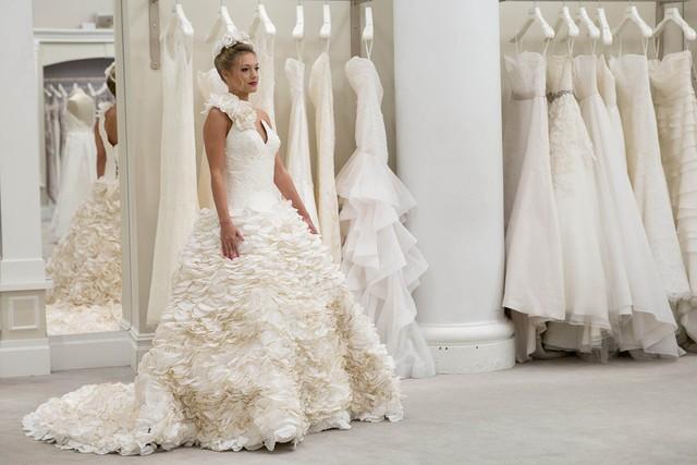Váy cưới tuyệt đẹp từ... giấy vệ sinh - Ảnh 5.