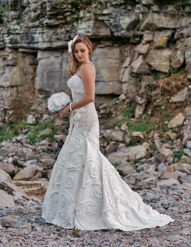 Váy cưới tuyệt đẹp từ... giấy vệ sinh - Ảnh 1.