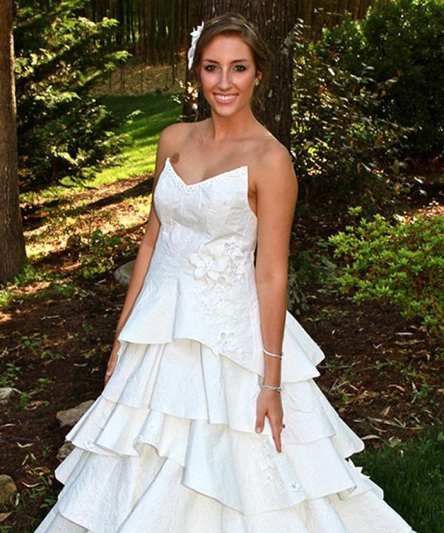 Váy cưới tuyệt đẹp từ... giấy vệ sinh - Ảnh 2.
