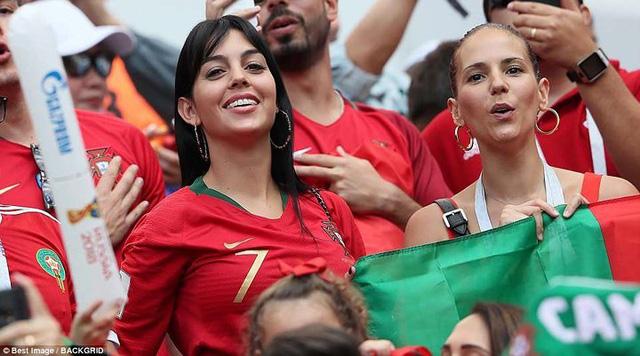 Bạn gái nóng bỏng của Ronaldo lần đầu xuất hiện trên khán đài FIFA World Cup™ 2018 - Ảnh 1.