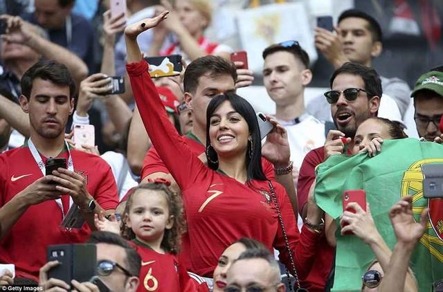 Bạn gái nóng bỏng của Ronaldo lần đầu xuất hiện trên khán đài FIFA World Cup™ 2018 - Ảnh 3.