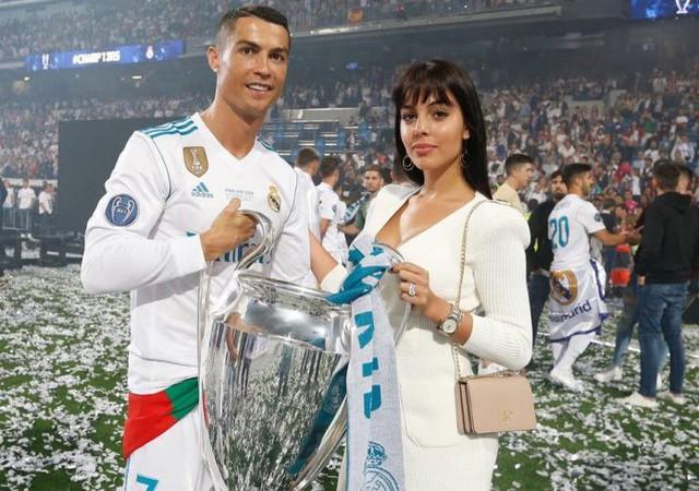 Bạn gái nóng bỏng của Ronaldo lần đầu xuất hiện trên khán đài FIFA World Cup™ 2018 - Ảnh 4.