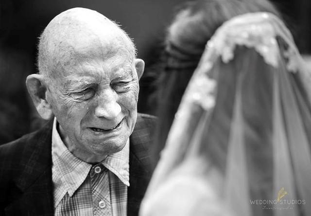 Ai cũng phải rơi nước mắt vì tình cha con trong ngày cưới của con gái - Ảnh 1.
