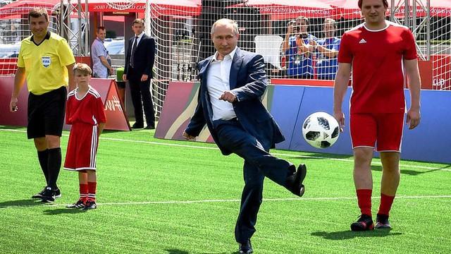 Tổng thống Putin đá bóng trên Quảng trường Đỏ - Ảnh 1.