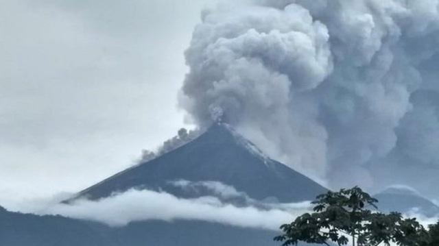 Núi lửa Guatemala phun trào, hàng trăm người thương vong - Ảnh 1.