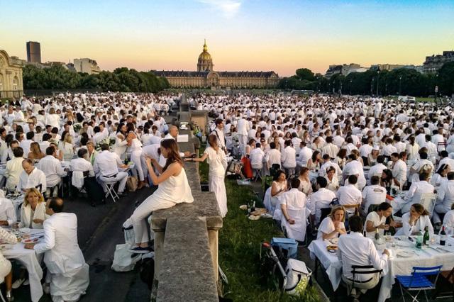 Hàng chục nghìn người tham gia dạ tiệc trắng ở Paris - Ảnh 1.