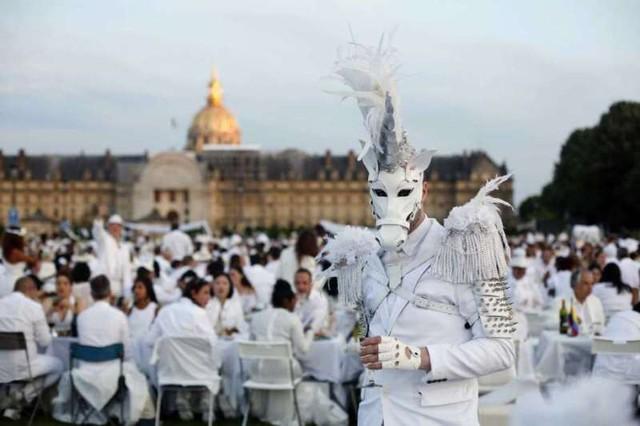 Hàng chục nghìn người tham gia dạ tiệc trắng ở Paris - Ảnh 3.